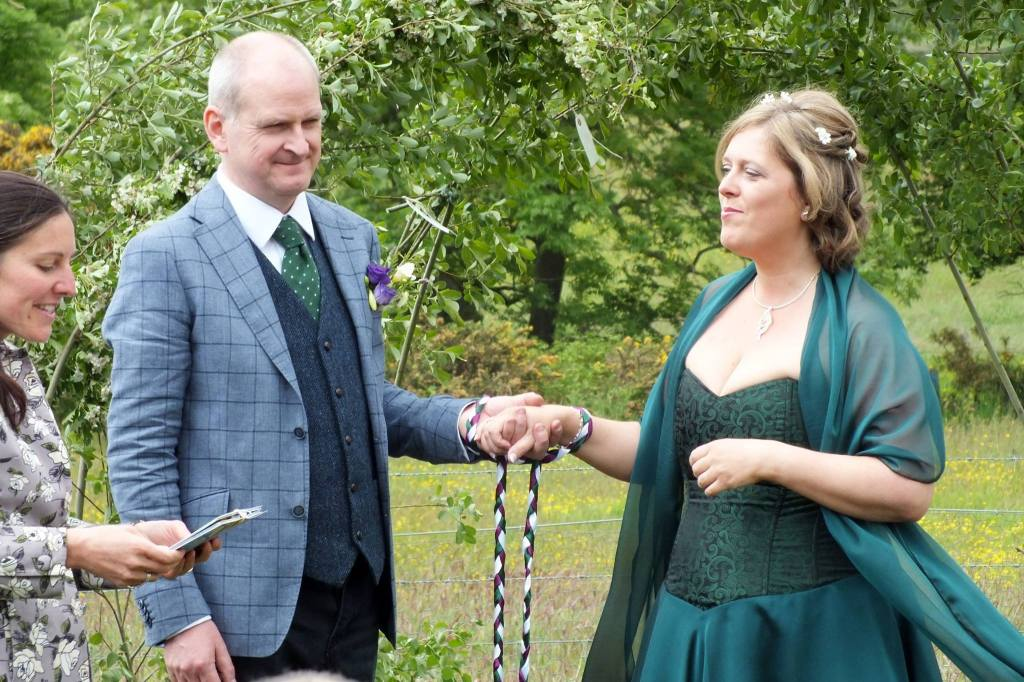 A traditional Handfasting Ceremony conducting by Agnostic Scotland Wedding Celebrant, Onie Tibbitt.